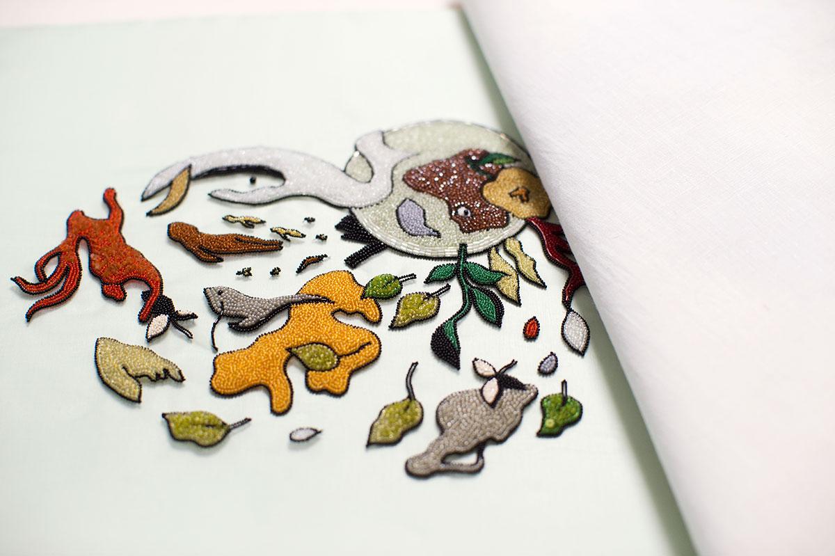 作品。アンティークのビーズは一粒一粒、布に絵を描くように手で縫い付けられる。
